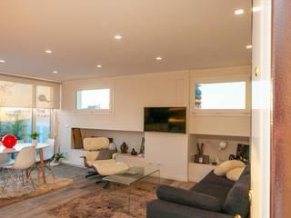 Ristrutturazione appartamento 50 mq: Soggiorno in stile in stile Scandinavo di Fabiola Ferrarello architetto