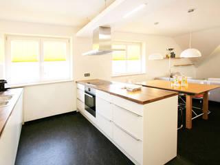 Küche und Esszimmer:  Küche von Gross Unternehmensgestaltung Innenarchitektur