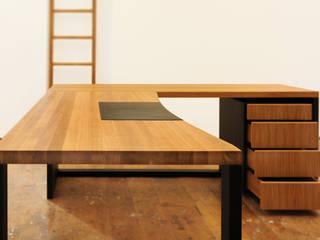 Schreibtisch Eiche massiv geölt mit Ledereinlage:   von Daniel Renken 'gestaltung + innenausbau'