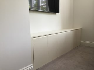 Oyster white hinged door wardrobes with handleless doors and drawers od Sliding Wardrobes World Ltd Nowoczesny