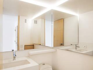 Apto Cll 77 - Cr 9: Baños de estilo  por Bloque B Arquitectos