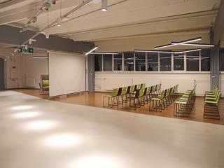 Ausbau einer Industriehalle zu einem Showroom Industriale Veranstaltungsorte von HELL ARCHITEKTEN Industrial