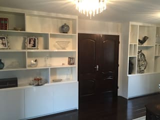 Gloss White Display Cabinets with LED lighting Designer Vision and Sound: Bespoke Cabinet Making Sala de estarArmários e arrumação
