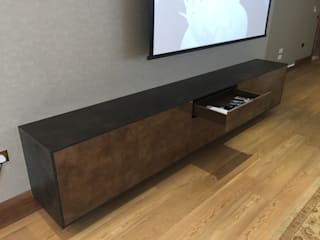 Floating AV cabinet in high gloss copper stone and slate Designer Vision and Sound: Bespoke Cabinet Making Sala de estarArmários e arrumação