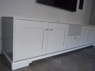 Shaker style AV cabinet and storage unit with in built centre channel Designer Vision and Sound: Bespoke Cabinet Making Salas de multimédiaMobiliário