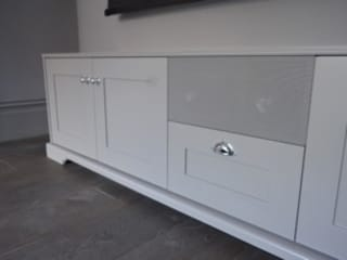 Shaker style AV cabinet and storage unit with in built centre channel Designer Vision and Sound: Bespoke Cabinet Making Sala multimediaMobiliario
