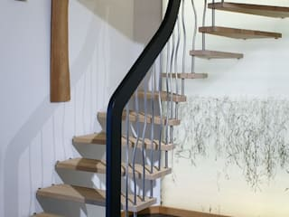 Escalier suspendu avec marches Senzu, balustres courbes inox: Couloir et hall d'entrée de style  par ASCENSO