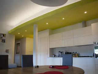 cucina open space su soggiorno: Soggiorno in stile in stile Minimalista di Claudio Renato Fantone Architetto - laboratorio di architettura olistica
