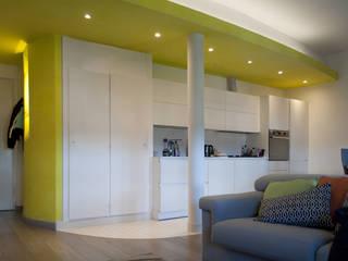 cucina open space su soggiorno: Cucina in stile in stile Minimalista di Claudio Renato Fantone Architetto - laboratorio di architettura olistica