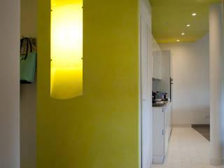 cucina open space su soggiorno. : Cucina in stile in stile Minimalista di Claudio Renato Fantone Architetto - laboratorio di architettura olistica