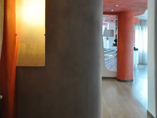 Ingresso. Lampada a muro: Ingresso & Corridoio in stile  di Claudio Renato Fantone Architetto - laboratorio di architettura olistica
