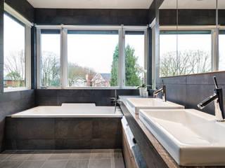 Alice D'Andrea Design Baños de estilo moderno Azulejos Negro