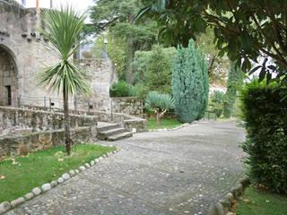 Reforma del Parador de Jarandilla de la Vera: Jardines de estilo rural de Alarife Estudio de Arquitectos SLP