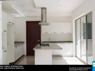 COCINA: Cocinas de estilo  por Excelencia en Diseño