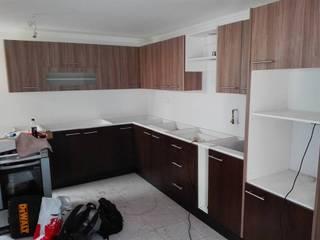 Diseño y construcción de mobiliario cocina cubierta de piedra:  de estilo  por ARQUITECTURA E INGENIERIA PUNTAL LIMITADA