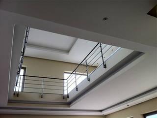 Corredores, halls e escadas modernos por OPTIMIZE CAPRICE LDA Moderno