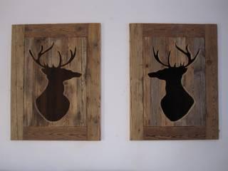 Aperture con sagome di cervo intagliate nel legno vecchio: Soggiorno in stile in stile Rustico di Archigiano