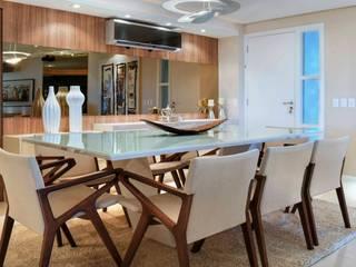 Apartamento unifailiar : Salas de jantar  por Lícia Cardoso e Rafaella Resende