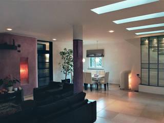 sogiorno - asole-lucernaio su soffitto: Soggiorno in stile in stile Minimalista di Claudio Renato Fantone Architetto - laboratorio di architettura olistica