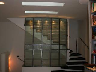 soggiorno - scala interna - asole-lucernai a soffitto: Soggiorno in stile in stile Minimalista di Claudio Renato Fantone Architetto - laboratorio di architettura olistica