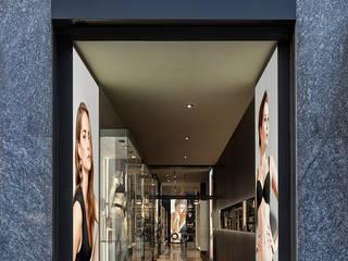 Boutique OROBLU' Milano: Negozi & Locali commerciali in stile  di Buratti Architetti
