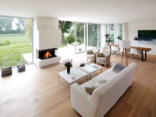 Blick zum Kamin: moderne Wohnzimmer von Lioba Schneider