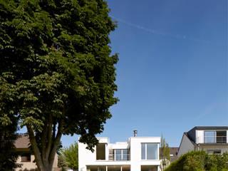 Gartenansicht: moderne Häuser von Lioba Schneider