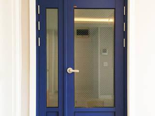 혜화동 빌라 리모델링: 디자인팩토리9MM의  창문