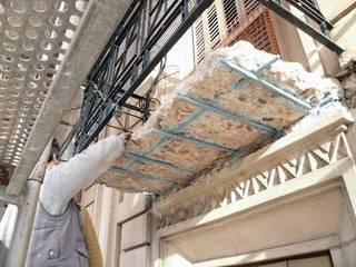 Rehabilitación integral realizada por nuestro Estudio de Arquitectura de fachada y sustitución de voladizos en un edificio de carácter monumental en Barcelona: Casas de estilo moderno de Estudio Arquitectura Ricardo Pérez Asin