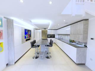 A breathtakingly stylish space Nhà bếp phong cách hiện đại bởi PTC Kitchens Hiện đại