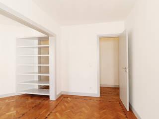 Reabilitação Apartamento na Rua Sabino de Sousa, Lisboa: Salas de estar  por A+Architecture CIC