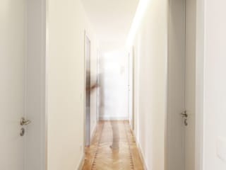 Reabilitação Apartamento na Rua Sabino de Sousa, Lisboa: Corredores e halls de entrada  por A+Architecture CIC