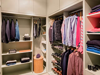 Walk-in Wardrobe:  Dressing room by Warret & Jullion