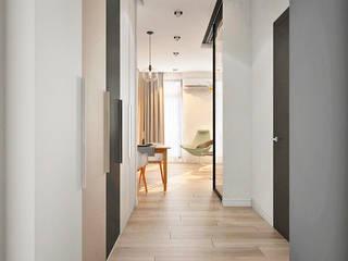 Skandynawski korytarz, przedpokój i schody od Ирина Рожкова - частный дизайнер интерьера Skandynawski