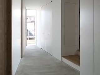 Modern Corridor, Hallway and Staircase by MAG + 宮徹也建築計画 Modern