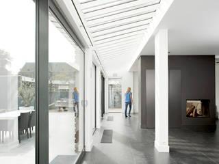 Renovatie voormalig zusterhuis naar woning:  Woonkamer door YA Architecten, Modern