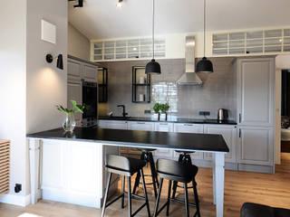 Sopocki apartament w stylu retro Skandynawska kuchnia od Studio Potorska Skandynawski