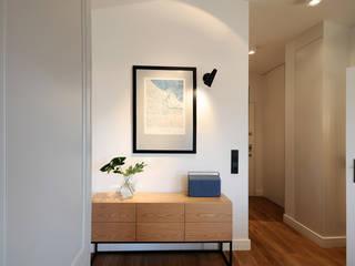 Sopocki apartament w stylu retro Klasyczny korytarz, przedpokój i schody od Studio Potorska Klasyczny