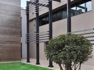 ESTERNO : Giardino in stile in stile Minimalista di ARCHITETTO Ingrid Fontanili