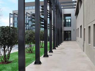 FACCIATA: Giardino in stile  di ARCHITETTO Ingrid Fontanili