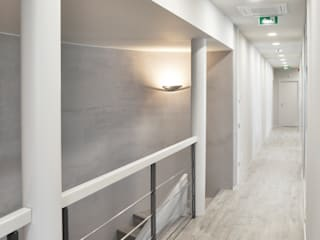 CORRIDOIO: Studio in stile in stile Minimalista di ARCHITETTO Ingrid Fontanili
