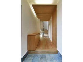 ห้องโถงทางเดินและบันไดสมัยใหม่ โดย 株式会社Fit建築設計事務所 โมเดิร์น