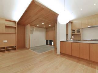 ヒカリとミドリの家: 株式会社Fit建築設計事務所が手掛けたリビングです。