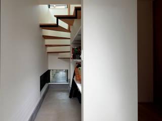 明るく閉じた旗竿地の家 北欧スタイルの 玄関&廊下&階段 の 株式会社Fit建築設計事務所 北欧