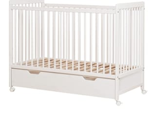 Lambs Baby Cot With Wheels & Bottom Drawer homify Babyzimmer Holz Weiß