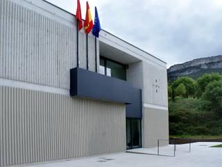 CASA CONSISTORIAL EN EL VALLE DE ALLÍN Estudios y despachos de estilo moderno de Ekain Arquitectura Moderno