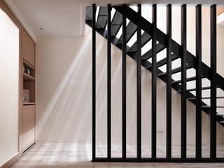 Pasillos, vestíbulos y escaleras de estilo moderno de 合觀設計 Moderno
