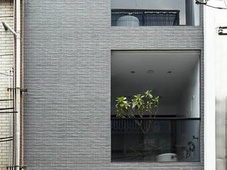 光影交錯的穿透樓梯,屬於都會的樂活休閒宅 現代房屋設計點子、靈感 & 圖片 根據 合觀設計 現代風