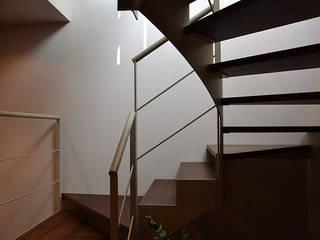 Scale: Ingresso & Corridoio in stile  di Studio Architettura Tre A