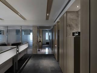 工作空間的最大值:  走廊 & 玄關 by 大荷室內裝修設計工程有限公司